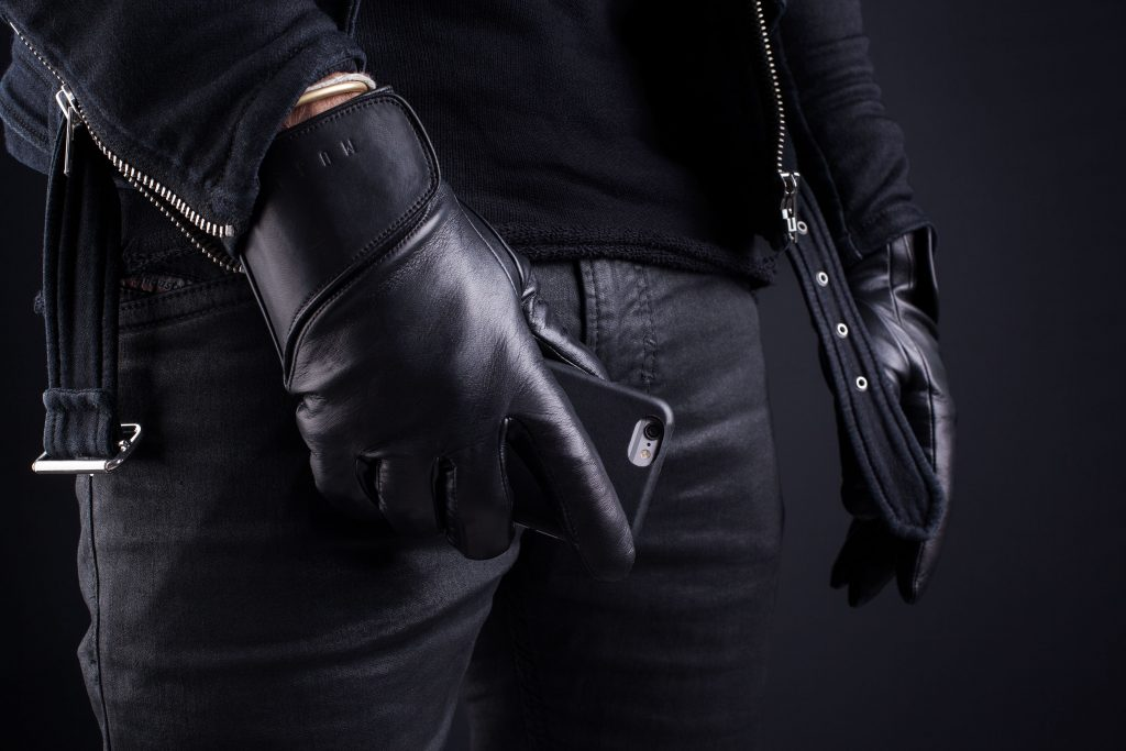 Leather-Touchscreen-Gloves-Lifestyle-004